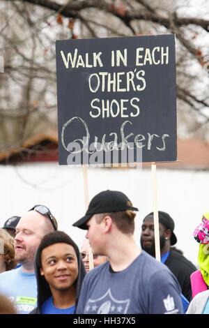 San Antonio, USA. 16. Januar 2017. Demonstranten mit Schildern während des jährlichen Martin Luther King Jr.-Marsches - Stockfoto