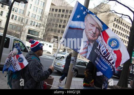 Washington DC, USA. 19. Januar 2017. Ein Mann verkauft Memoribilia Einweihung Donald Trump in Washington, DC, USA. - Stockfoto