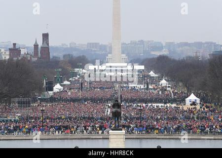 Washington DC, USA. 20. Januar 2017. Zuschauern zu füllen in der National Mall Zeuge der Amtseinführung von Präsident - Stockfoto