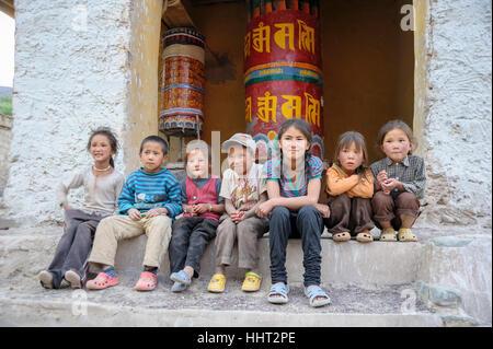Kinder sitzen und fotografiert auf dem Weg nach Leh, Leh Manali Autobahn. Indien - Stockfoto