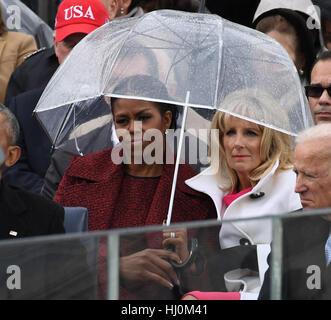 Michelle Obama und Dr. Jill Biden Anteil einen Regenschirm wurde als Präsident Donald Trump seine Antrittsrede bei - Stockfoto