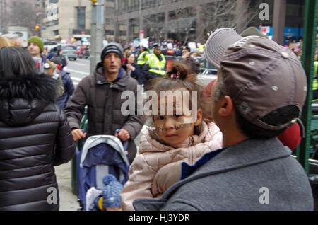 New York, New York, USA: 21. Januar 2017: Demonstranten versammeln sich zum Frauen März in Manhattan, New York. - Stockfoto