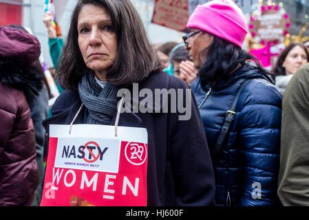 New York, USA 21. Januar 2017 - eine geschätzte 400 000 bis 500 000 Demonstranten marschierten von Dag Hammarskjöld - Stockfoto