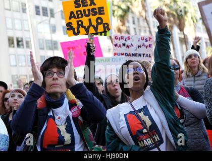 Frauen schreien zur Unterstützung eines Lautsprechers während der Frauen März in Los Angeles, Kalifornien, 21. Januar - Stockfoto