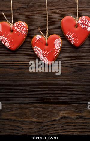Linie von roten Pfefferkuchen Herzen am Band. - Stockfoto