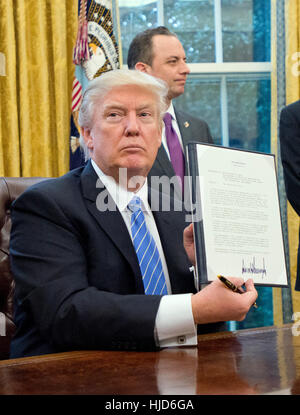 "Washington, uns. 23. Januar 2017. US-Präsident Donald Trump zeigt die Executive Order mit dem Titel ""Mexiko City"" - Stockfoto"