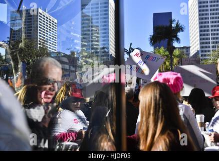 Los Angeles, CA, USA. 21. Januar 2017. Demonstranten, die Teilnahme an der Frauen März auf der anderen Straßenseite - Stockfoto