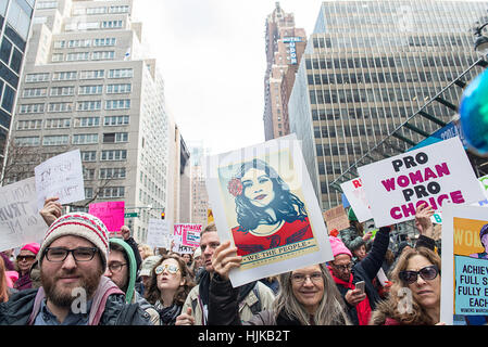Demonstranten in der Frauen Marsch, der am 21. Januar 2017 in New York City stattfand. - Stockfoto