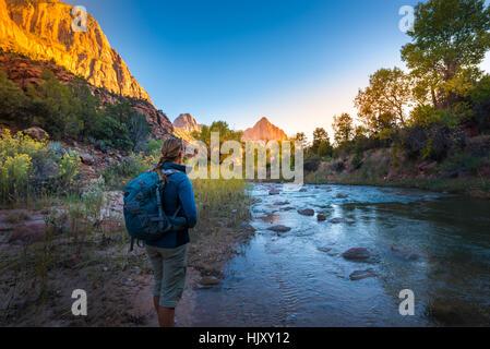 Backpacker, Zion National Park in der Nähe der Virgin River erkunden - Stockfoto