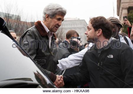 Washington DC, USA, 21. Januar 2017. Secretary Of State John Kerry trifft sich mit einem Mann während der Frauen - Stockfoto