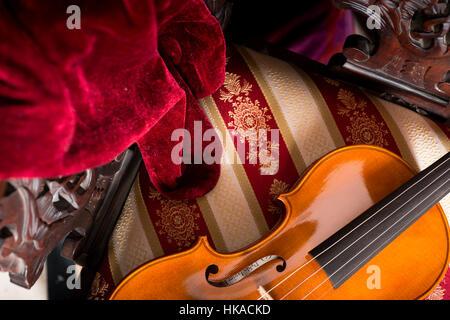 Stillleben mit einem Musikinstrument, eine Cremoneser Geige von Violine Hersteller Gitarrenbauer Pablo Farias. - Stockfoto