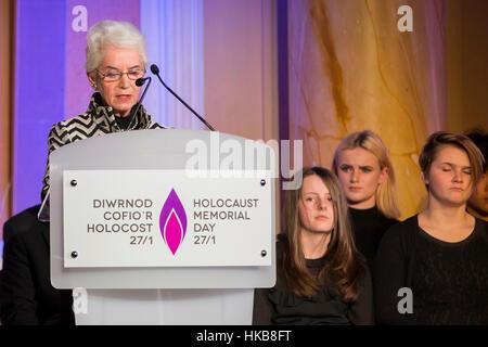 Cardiff, Wales, Großbritannien. 27. Januar 2017.  Holocaust-Überlebende Eva Clarke liest ihre Geschichte in den - Stockfoto