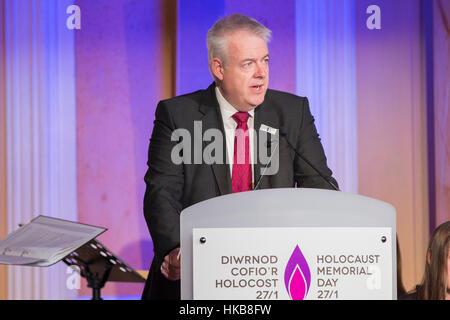 Cardiff, Wales, Großbritannien. 27. Januar 2017.  Erste Minister von Wales Carwyn Jones gibt eine Lesung am Holocaust - Stockfoto