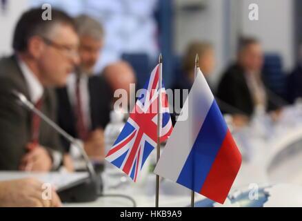 Moskau, Russland. 27. Januar 2017. Britische und russische Fahnen auf einer Pressekonferenz in den Büros der Nachrichtenagentur - Stockfoto