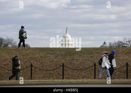 27. Januar 2017 - Washington, DC, USA - WASHINGTON, DC - 27.Januar: Mit the Capitol Gebäude im Hintergrund, gehen - Stockfoto