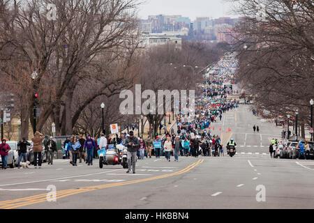 Pro-Life-Anhänger marschieren in Richtung der US Supreme Court am Constitution Avenue - 27. Januar 2017, Washington, - Stockfoto