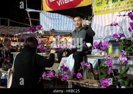 Hong Kong, China. 28. Januar 2017. Menschen füllen die Lunar New Year fair in seinen letzten Stunden über Nacht - Stockfoto
