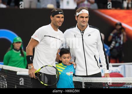 Melbourne, Australien. 29. Januar 2017. Roger Federer (R) der Schweiz posiert für ein Foto mit Rafael Nadal (L) - Stockfoto