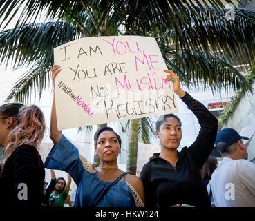 Los Angeles, Kalifornien, USA. 29. Januar 2017.  Menschen mit Zeichen Präsident Trump Einwanderung Verbot am LAX - Stockfoto