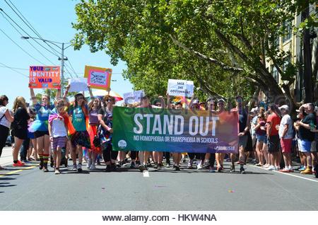Melbourne, Australien. 29. Januar 2017. Menschen marschieren hinter ein Banner über 40.000 zusammen auf den Straßen - Stockfoto