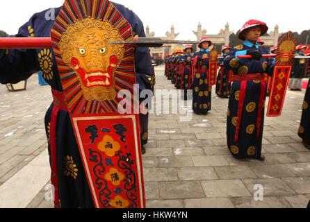 28. Januar 2017 - Peking, CHINA - Chinesisch in kaiserliche Qing-Dynastie Tracht gekleidet führen eine Tempelzeremonie - Stockfoto