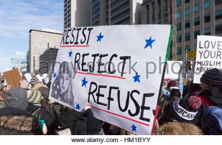 """Toronto, Kanada. 30. Januar 2017. Publikum und das Schild mit der Aufschrift """"Widerstehen, ablehnen und sich weigern"""" - Stockfoto"""