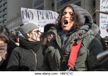 Toronto, Kanada. 30. Januar 2017. Demonstranten gegen das Einreiseverbot schreien. Multikulturelle Demonstranten - Stockfoto