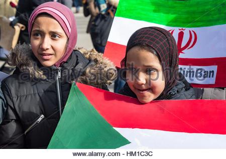 Toronto, Kanada. 30. Januar 2017. Junge muslimische Mädchen, die Teilhabe an dem Protest. Multikulturelle Demonstranten - Stockfoto