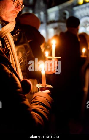 Toronto, Kanada. 30. Januar 2017. Mehrere hundert Torontonians versammelten sich am Kings College Circle an der - Stockfoto