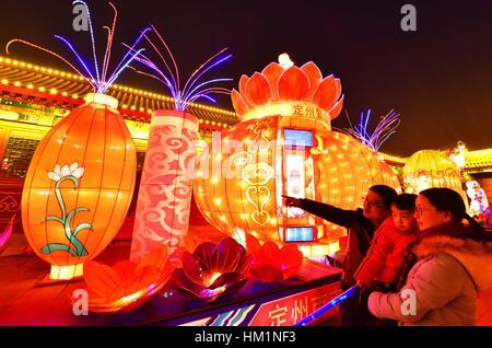 Dingzhou, China. 1. Februar 2017. Touristen besuchen eine Laterne fairen während chinesischen Lunar New Year Ferien - Stockfoto