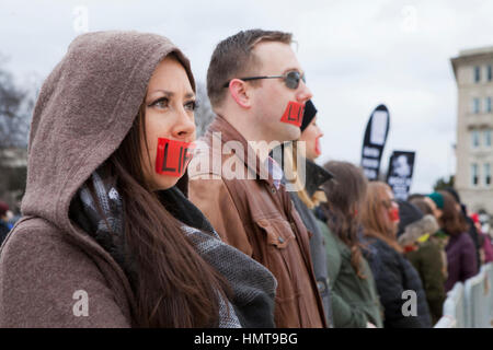 Pro-Life-Verfechter protestiert schweigend Roe-V-Wade vor dem US Supreme Court während der 2017 March for Life  - Stockfoto