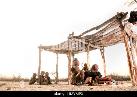 Himba-Frauen bekommen ihre Haare gemacht - Stockfoto