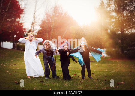 Gruppe von Freunden in Halloween-Kostümen - Stockfoto