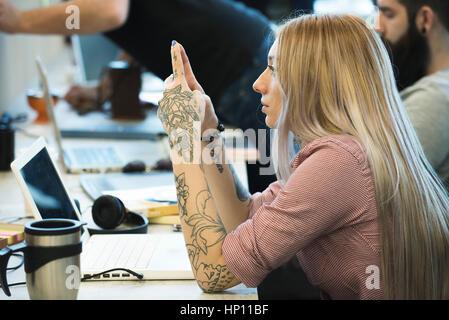 Junge Frau im Büro Tagträumen - Stockfoto