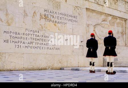 Evzonen (Soldaten). Wechsel der Wache vor dem Parlamentsgebäude am Grab des unbekannten Soldaten. Syntagma-Platz, - Stockfoto