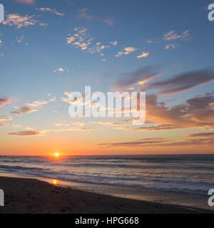 Okarito, Westland Tai Poutini Nationalpark, West Coast, New Zealand. Farbenfrohen Sonnenuntergang über der Tasmansee. - Stockfoto