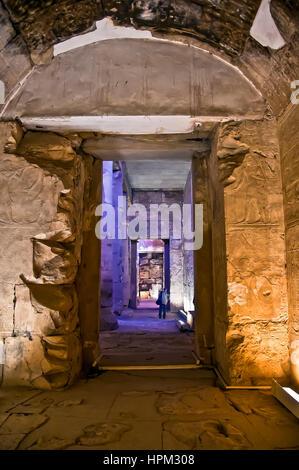 Tempel von Sethos I bei Abydos mit Reihe von Fluren und Touristen in weiter Ferne - Stockfoto