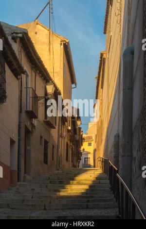 Abend in den Straßen der alten Stadt von Toledo, fällt Licht auf die Treppe. - Stockfoto