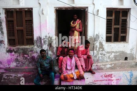 Mathura, Uttar Pradesh, Indien. 7. März 2017.  Indisch-hinduistischen Anhänger sitzen vor ihrem Haus während der - Stockfoto