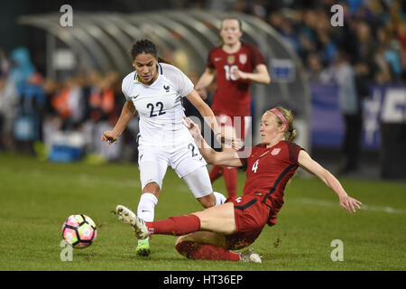 Washington DC, USA. 7. März 2017. USAS Becky Sauerbrunn (4) versucht den Ball aus Frankreichs Amel Majri (22) zu - Stockfoto
