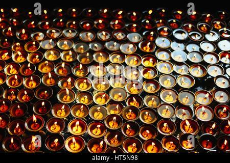 Öl-Lampen brennen im Tempel - Stockfoto