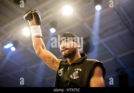 Ludwigshafen, Deutschland. 11. März 2017. Demetrius Andrade (US) betritt den Ring für die WBA Welt halbe Meisterschaft - Stockfoto