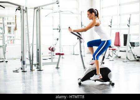 Aerobic, spinning Frau ausüben, trainieren Sie im Fitnessraum Fahrräder - Stockfoto
