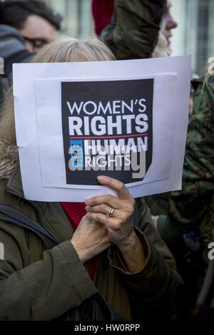 Internationaler Frauentag Rallye & März Trump International Hotel in New York City geben Nachricht als die Hälfte - Stockfoto