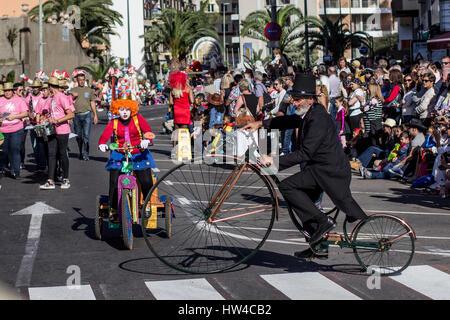 Teneriffa, Spanien - 4. März 2017: Menschen in Kostümen feiern Karneval (Carnaval de Santa Cruz De Tenerife). - Stockfoto