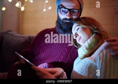 Paar mit digital-Tablette auf Sofa im chalet - Stockfoto