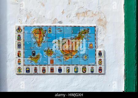 GARACHICO, Teneriffa, Spanien-ca. Januar 2016: Kachel Fresko mit Kanaren Inseln und Hoheitszeichen der Städte ist - Stockfoto