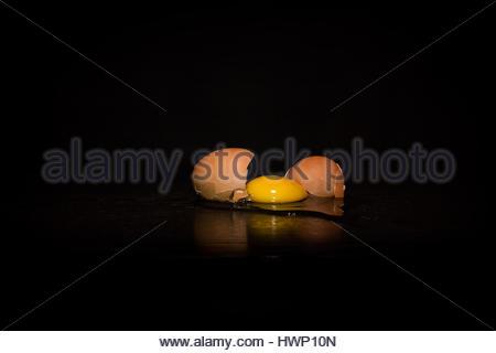 gebrochene Ei in schwarzem Hintergrund - Stockfoto