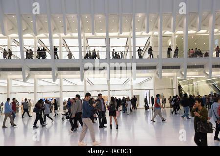NEW YORK CITY - 1. Oktober 2016: Passanten im Erdgeschoss und ersten Stock das Oculus vom Architekten Santiago Calatrava, - Stockfoto