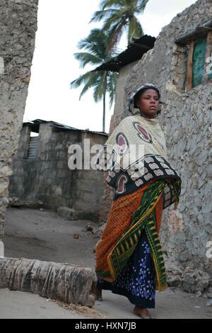Zanzibar, Tansania - 20. Februar 2008: Unbekanntes barfußähnliches dunkelhäutige afrikanischen muslimische Mädchen - Stockfoto